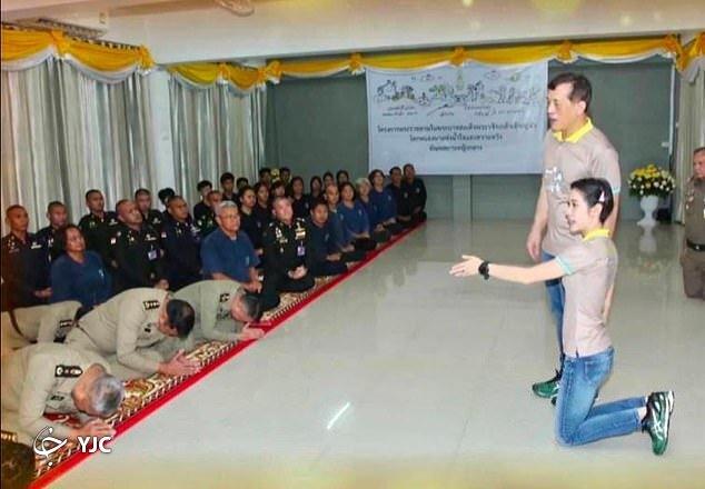 جاروکشی پادشاه تایلند و معشوقه جنجالیاش در زندان!