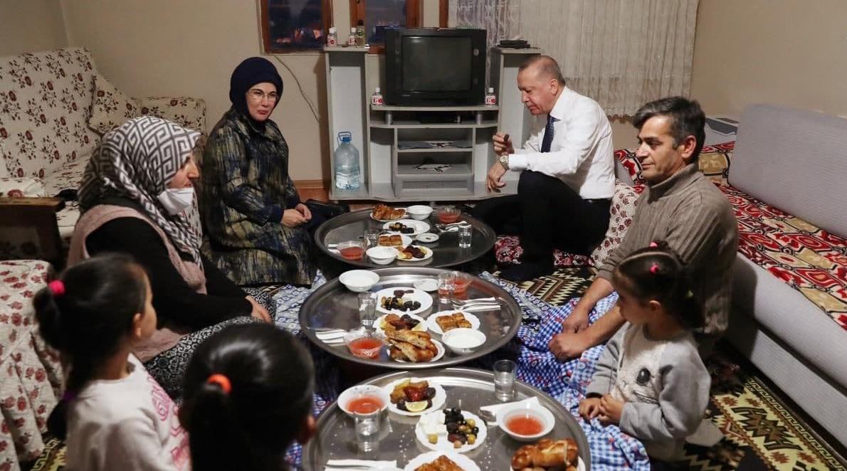 آقای رئیس جمهور و همسرش سر سفره افطار یک خانواده عادی + عکس