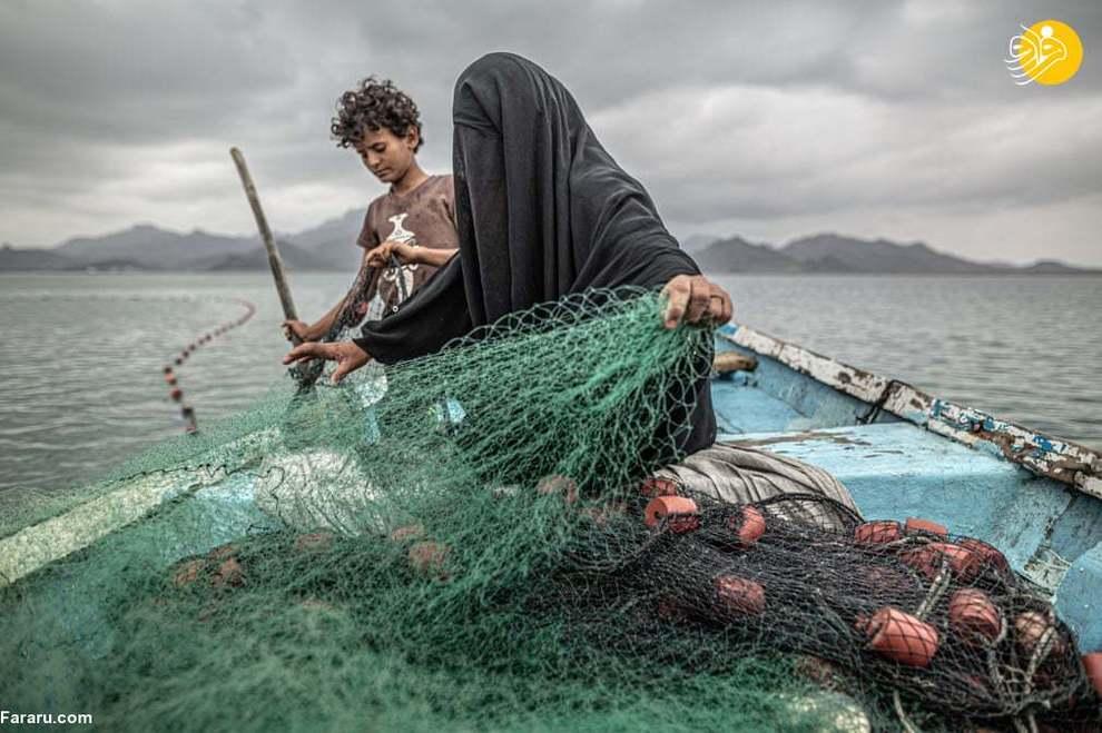 ابن عکس از پابلو توسکو، عکاس آرژانتینی است که صحنهای از تلاش زنان یمنی برای تهیه مایحتاج روزانه را به تصویر میکشد. فاطمه ۹ فرزند دارد و به همراه یکی از آنها در سواحل یمن به امید صید ماهی، تور به دریا میاندازد.