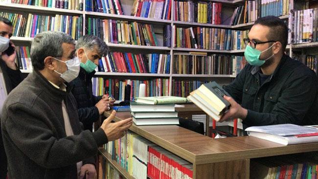 احمدینژاد در کتابفروشیهای خیابان انقلاب