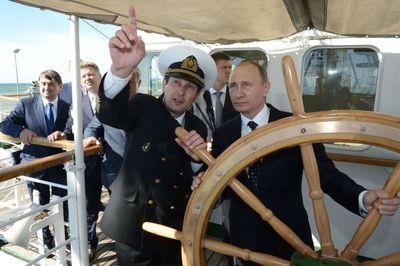 ولادیمیر پوتن رئیس جمهور روسیه در حال هدایت کشتی کروز.