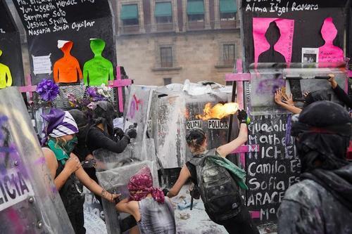 اعتراض فعالان جنبش زنان مکزیک به نابرابری جنسیتی در روز جهانی زن/ مکزیکوسیتی/ رویترز