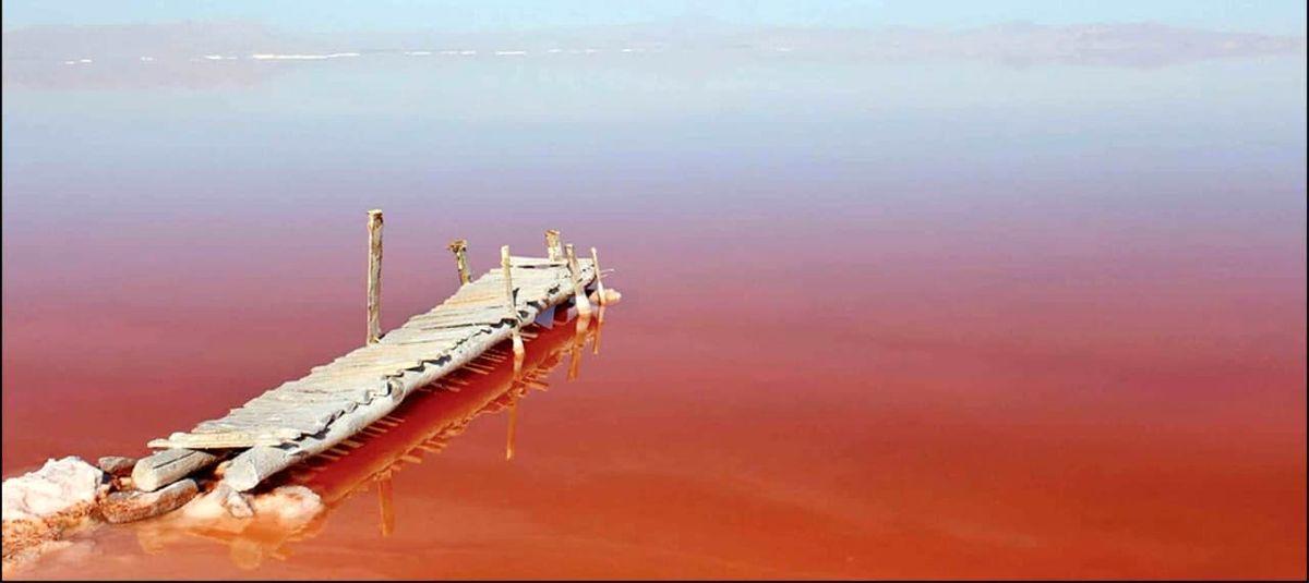 عکس:تغییر رنگ آب دریاچه ارومیه از آبی به قرمز