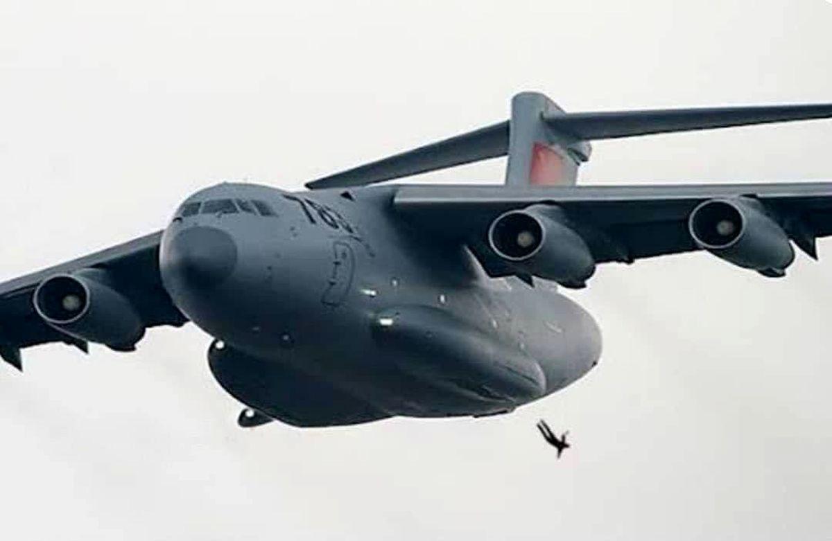 تصویری وحشتناک سقوط یک افغانی از هواپیمای آمریکایی