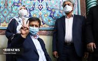 تصویر عبدالناصر همتی با نشان دادن علامت پیروزی