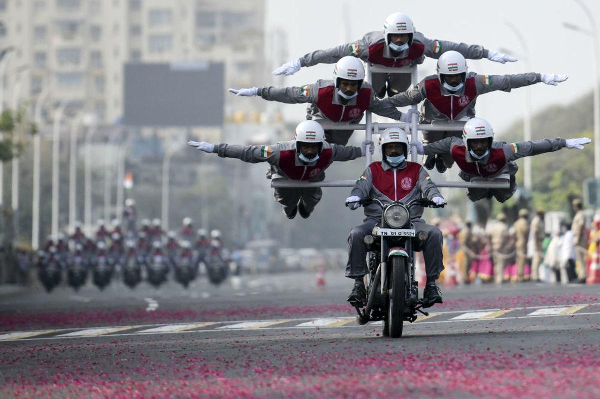 عکس خیره کننده از آکروبات بازی در هند