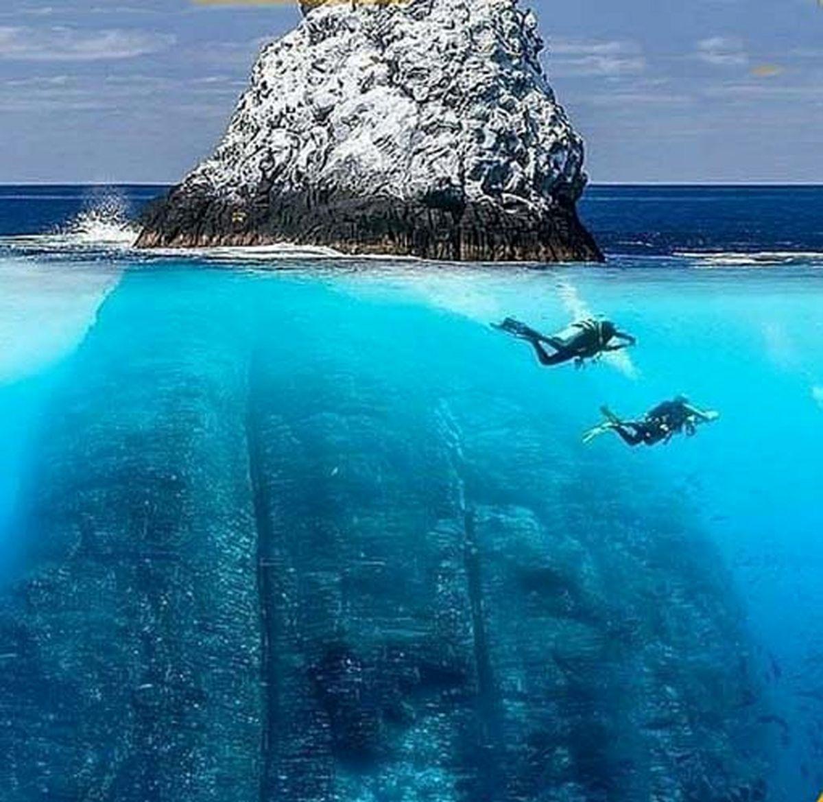 صخره غول پیکر که ۳۰۰ متر زیر آب است!
