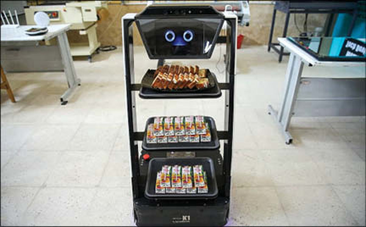 پذیرایی ربات خوش خنده ایرانی از مهمانان+عکس