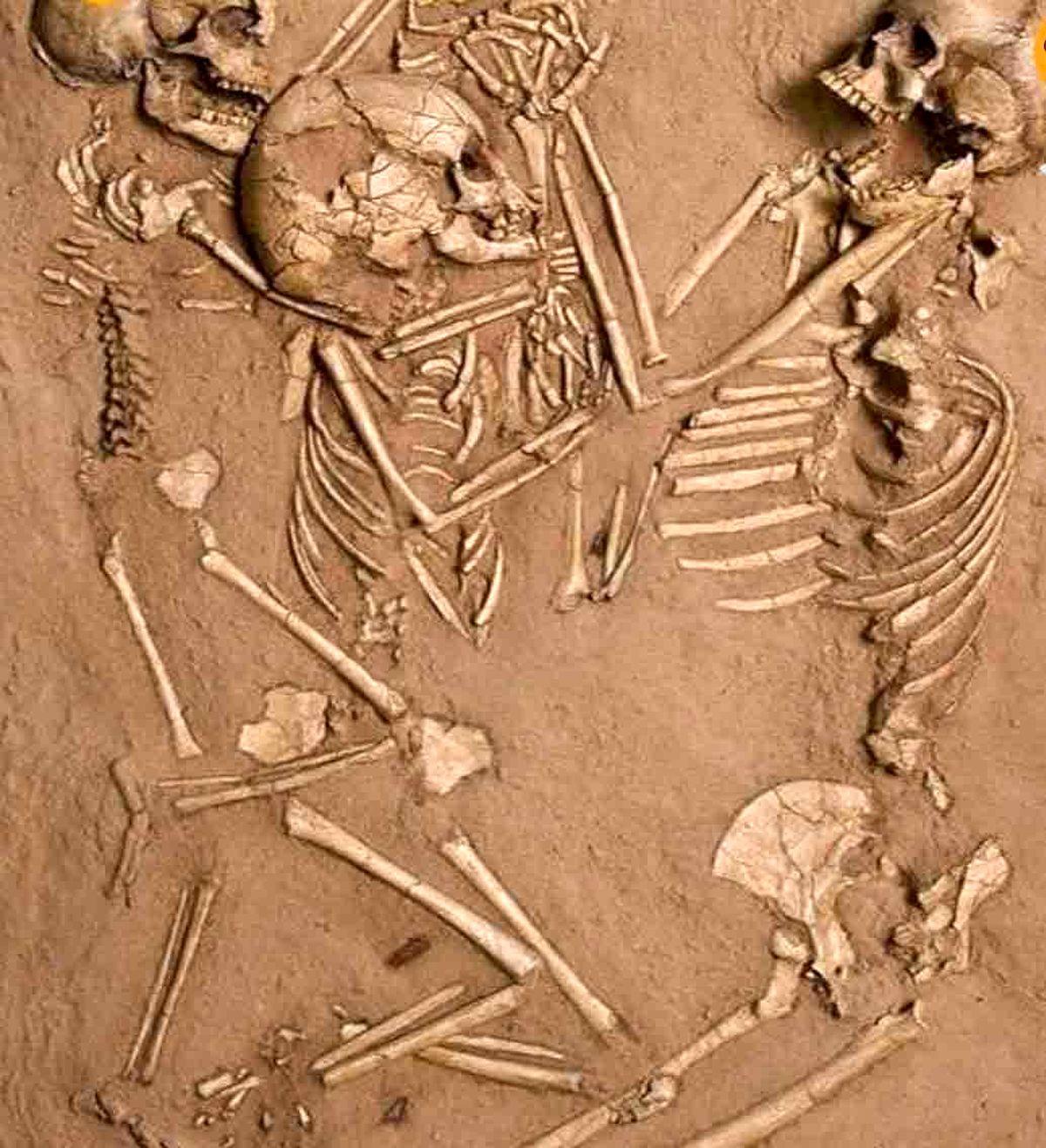 اسکلت 5000 ساله مادر و فرزند در حالتی باورنکردنی