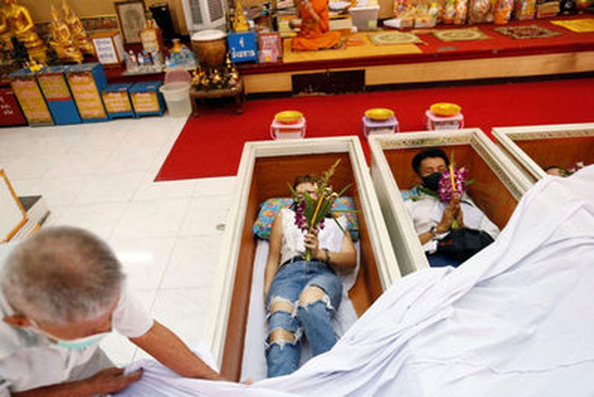 مراسم دعا در تابوت در معبد بانکوک+عکسها