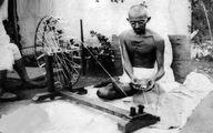 مهاتما گاندی رهبر هند در حال نخ ریسی