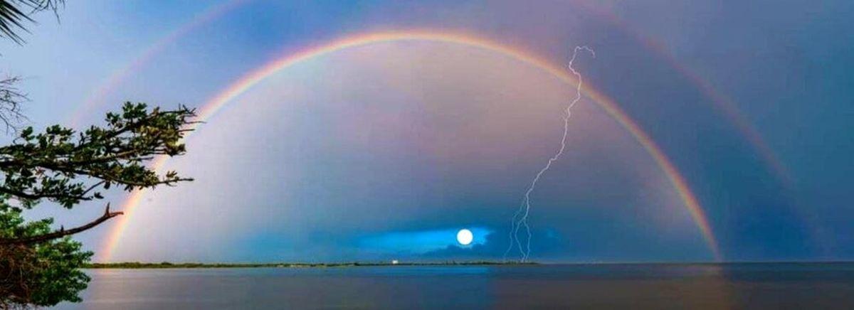 شکار لحظهها؛ماه، رنگینکمان و رعدوبرق همزمان در یک عکس