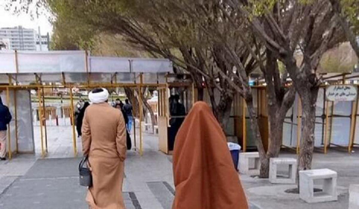 عاشقانه یک روحانی برای همسرش در خیابانهای مشهد + عکس
