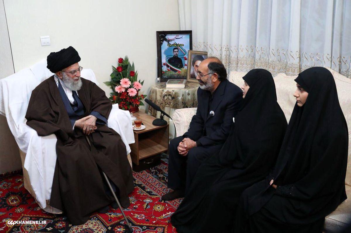 حضور رهبر انقلاب در منزل شهید ناجا در اغتشاشات خیابان پاسداران + عکس