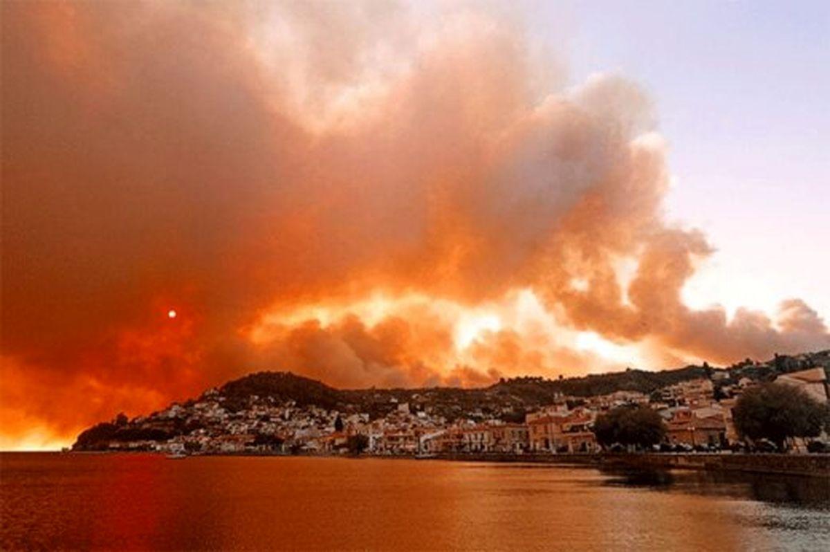 آتش سوزی گسترده در یونان/تخلیه مردم از دریا