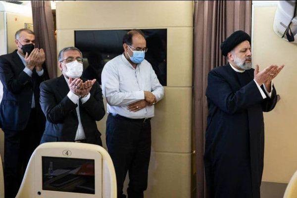 تصویری از نماز خواندن رئیسی در هواپیما