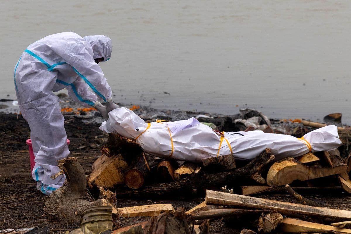 تصویر آماده کردن جسد کرونایی برای سوزاندن در هند