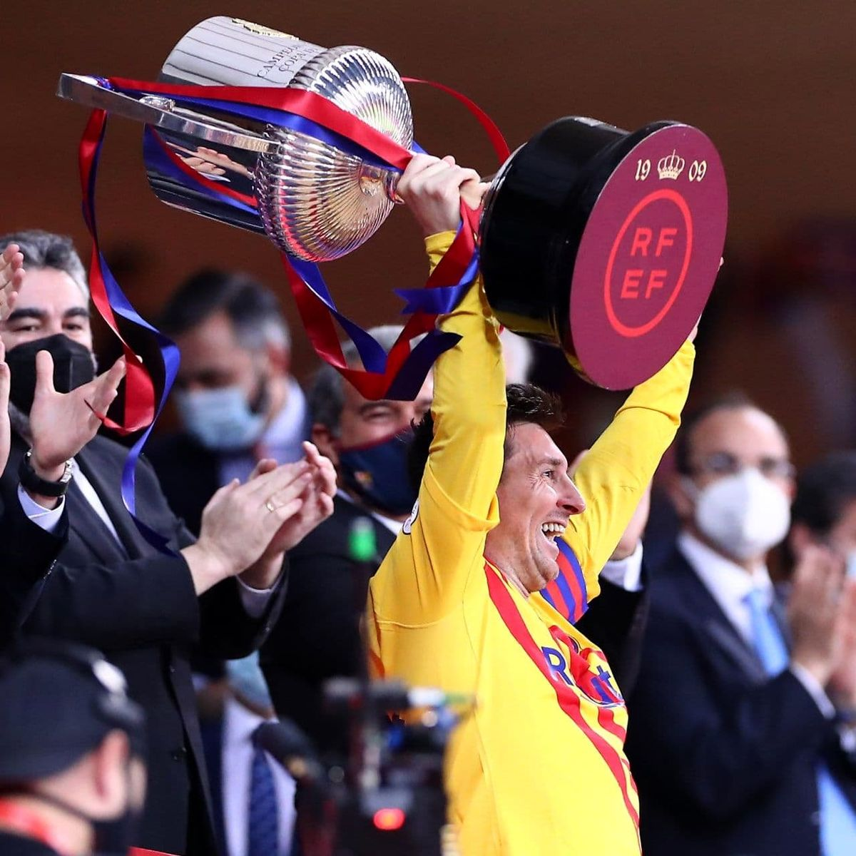 تصاویر منتشر شده از بالا بردن جام قهرمانی کوپا دل ری توسط لیونل مسی